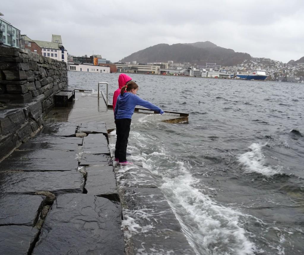 Jentene fryder seg i sjøkanten. Her er de vant til å bade om sommeren, men nå frister ikke det så mye. Foto: Eva Johansen