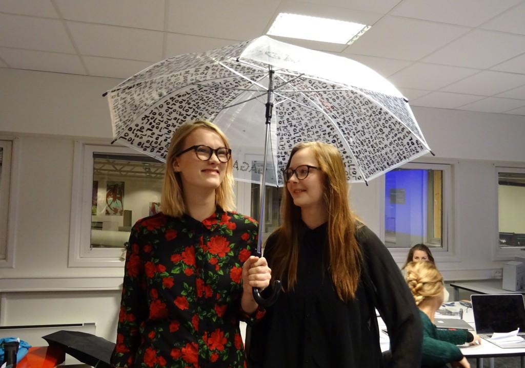 Nicole og Marie under sin selvlagde designparaply. Foto: Eva Johansen