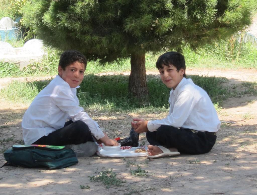 To gutar som åt lunsjen sin i ein skygge i ein park i Herat for eit par år sida. Foto: Arne Strand