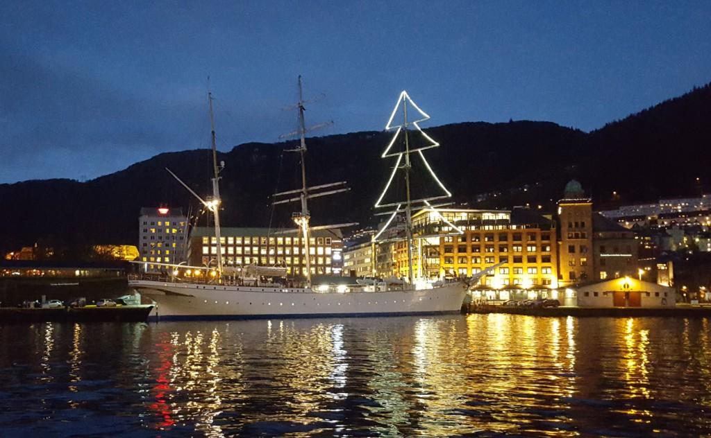 Statsraad Lehmkuhm har lyst opp som et juletre på Vågen i år. Foto: Eva Johansen