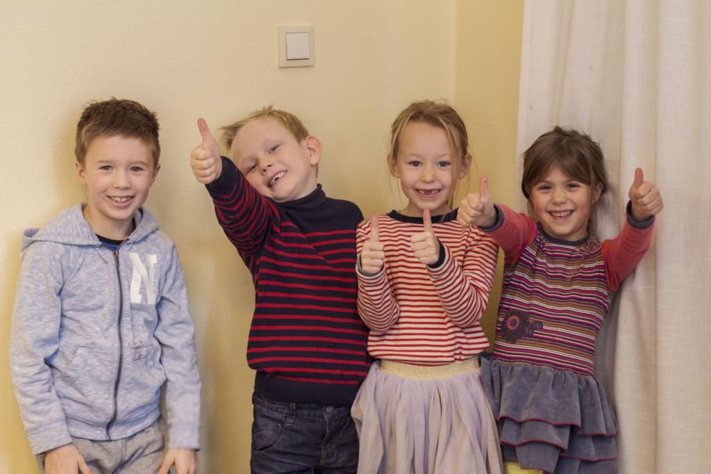 Tommel opp: (f.v) Jakob, Alexander, Inga og Iben gir tommel opp for julebrus.