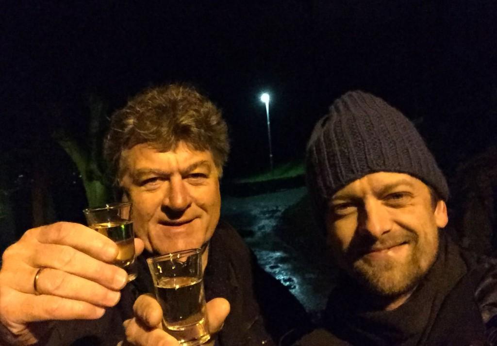 Dagfinn Bach og Rune Smistad var grytidlig oppe for å feire at nå går vi mot lysere tider. Foto: Selfie