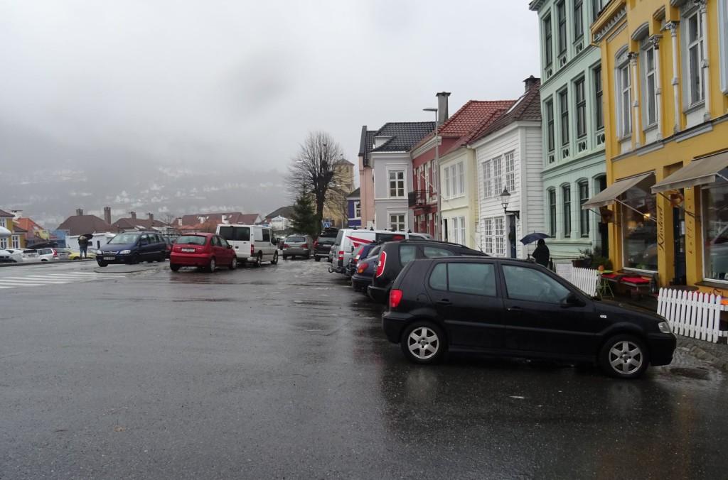 Ennå er ikke bilene fjernet fra plassen, her er fra 23. januar. Foto: Eva Johansen