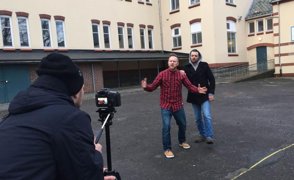 Her er Piddi og Kim på Nordnes skole. Foto: Kjuagutt Produksjoner