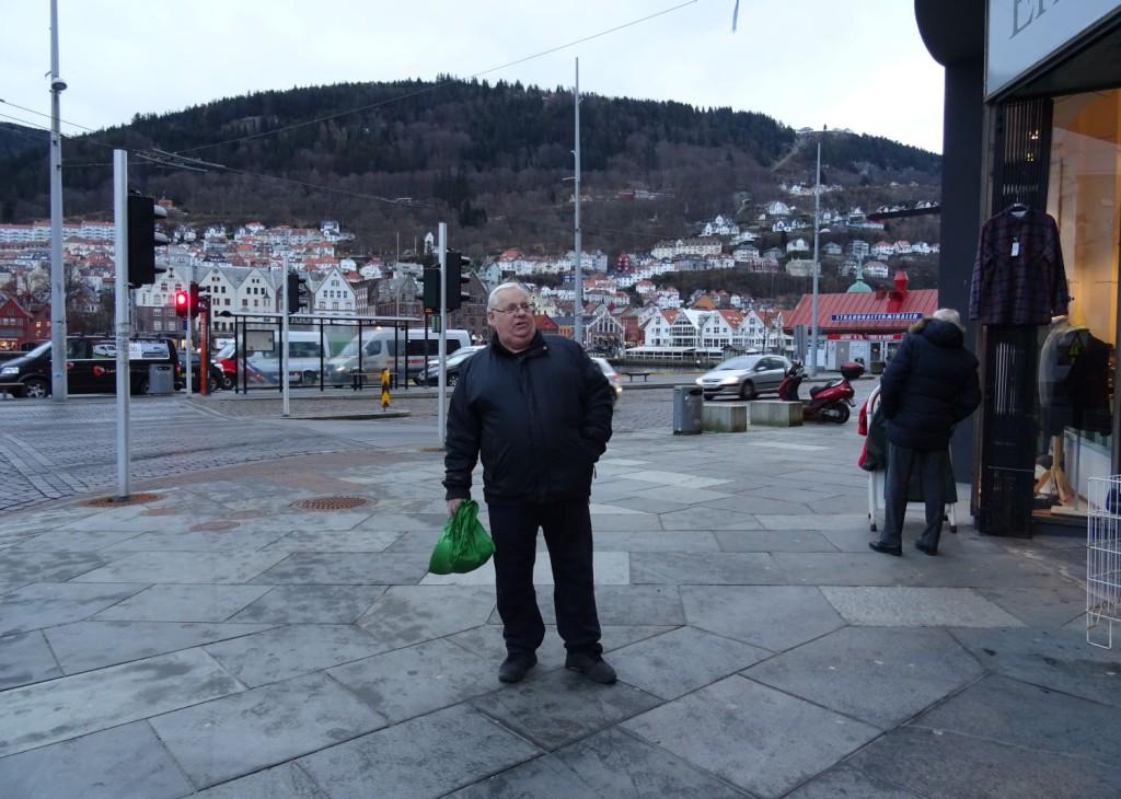Roy Løvaas står på stedet hvor den store bybrannen startet 15. januar 1916. Foto: Eva Johansen
