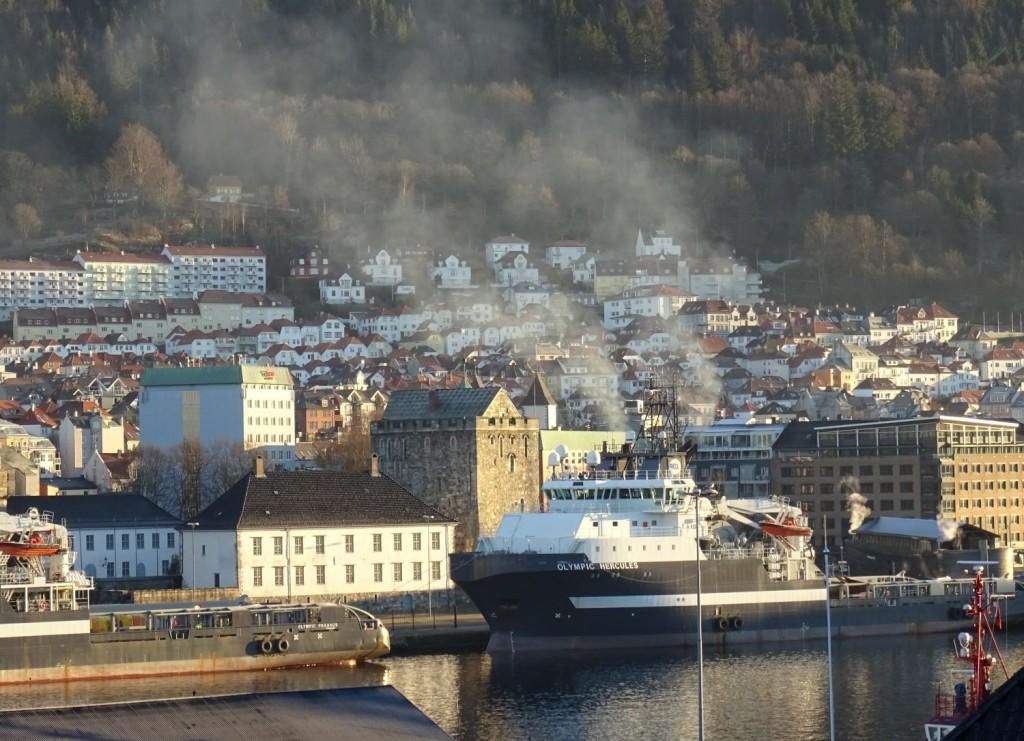 Onsdag formiddag så det slik ut innerst i Vågen. Denne og flere offshorebåter forlot havnen i løpet av dagen. Foto: Eva Johansen