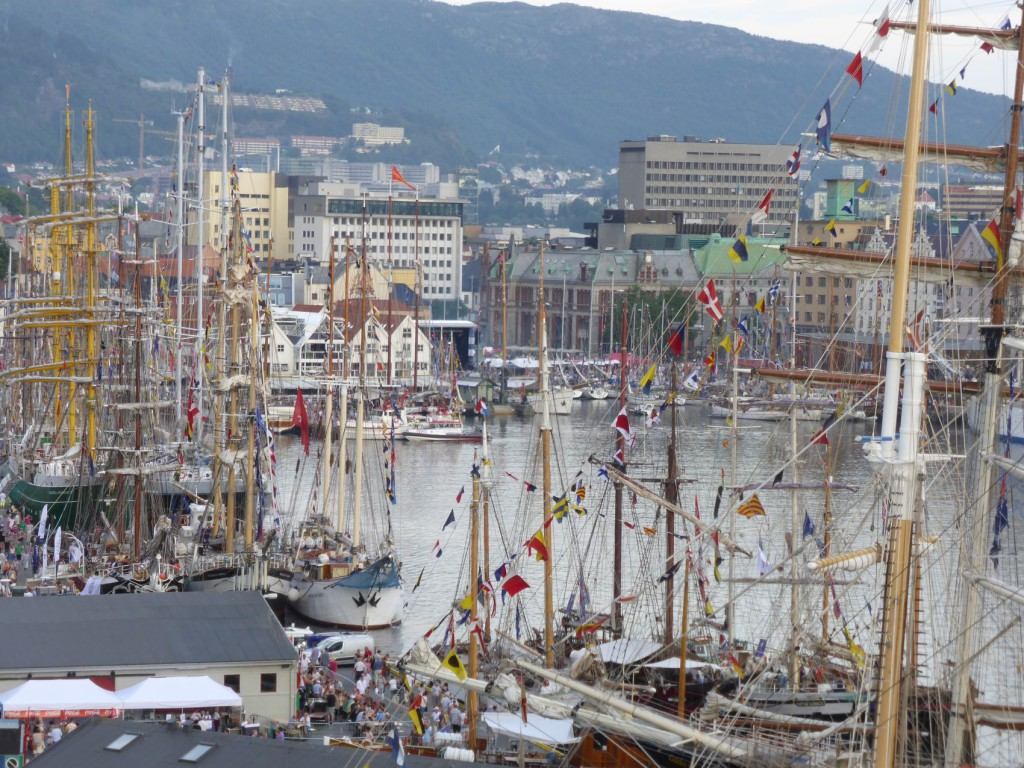 Tettpakket med folk og båter preget Vågen under Tall Ship Races i 2014. Foto: Eva Johansen