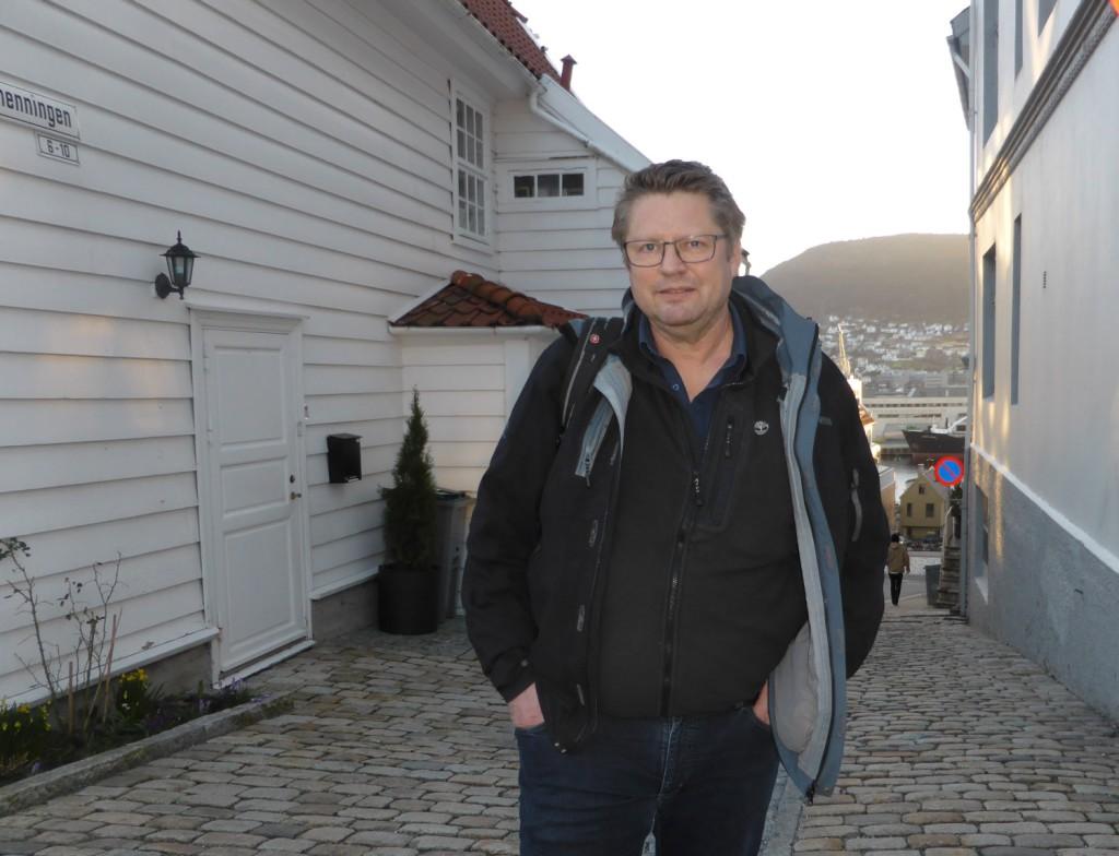 Arne Strand på Klosteret rett ved der han bor. Foto: Eva Johansen