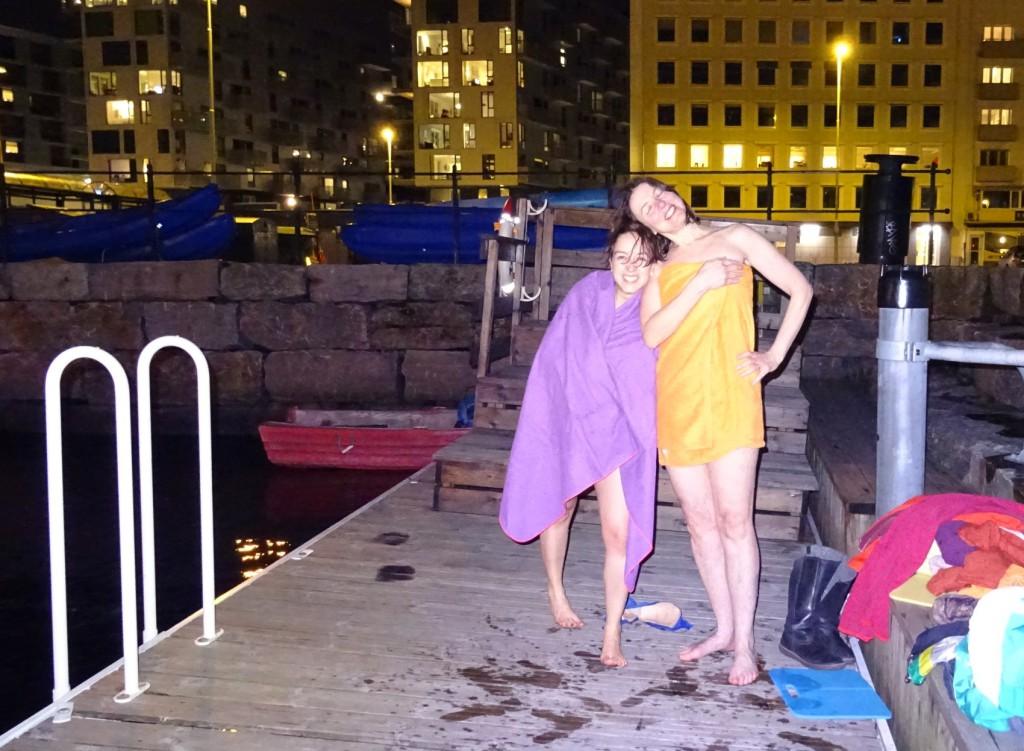 Etterpå isbadingen er det bare velvære å spore hos Luisa og Susanne. Foto: Eva Johansen