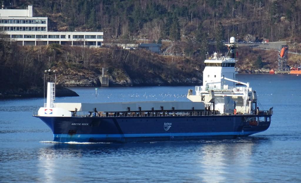 """Båten """"Arctic Rock"""" kom onsdag formiddag forbi Nordnes med stålkonstruksjoner som skal bli """"Småpudden"""". Foto: Eva Johansen"""