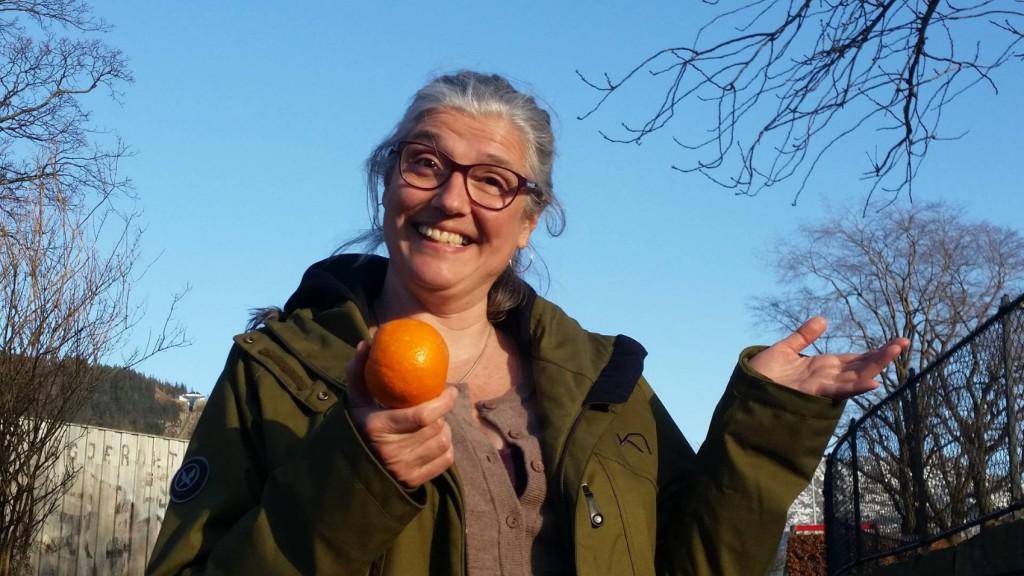 Hanne Idrehus liker appelsiner og nå utfordrer hun deg i avisens påskekonkurranse! Foto: Sigrid Indrehus