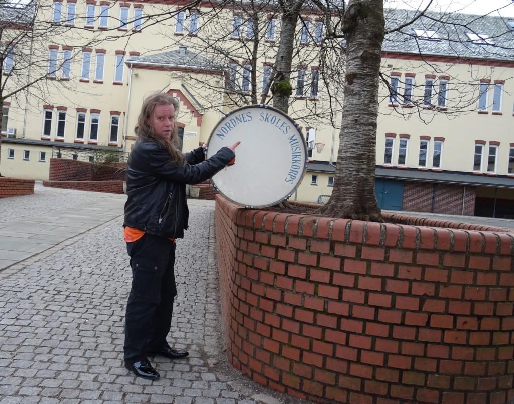 Her er Magne Lunde tilbake på gamle tomter etter nettopp å ha hentet trommen. Foto: Eva Johansen