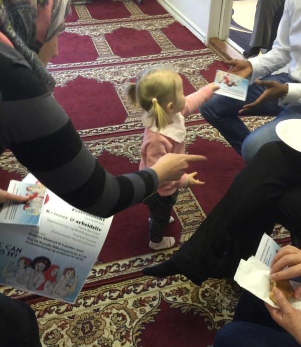 Vivian og datteren Lykke Elida i gang med mobilisering i åpen moské på lørdag. Foto: Privat