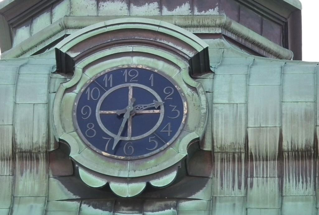 """Natt til 27. mars """"mister"""" vi en time. Her er klokken i tårnet på Nykirken. Foto: Eva Johansen"""