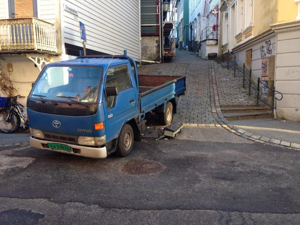 Heldigvis kom ingen til skaden da denne bilen rullet ned Strangebakken på egenhånd. Foto: Leserbilde