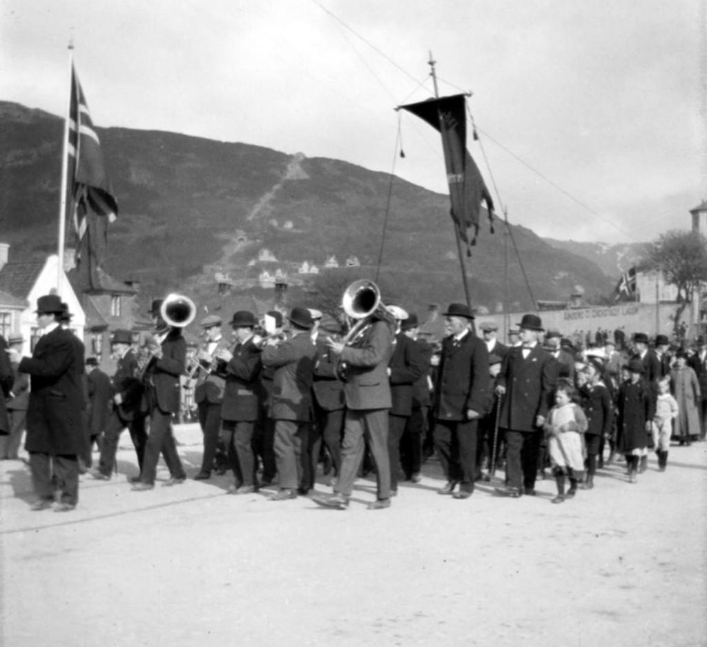 Vi er på Klosteret 1. mai trolig 1918. Fotograf Carl Bjørn Olsen. Fra Ørn Akselsens samling / Fotomuseum Bergen og Billedsamlingen UBB