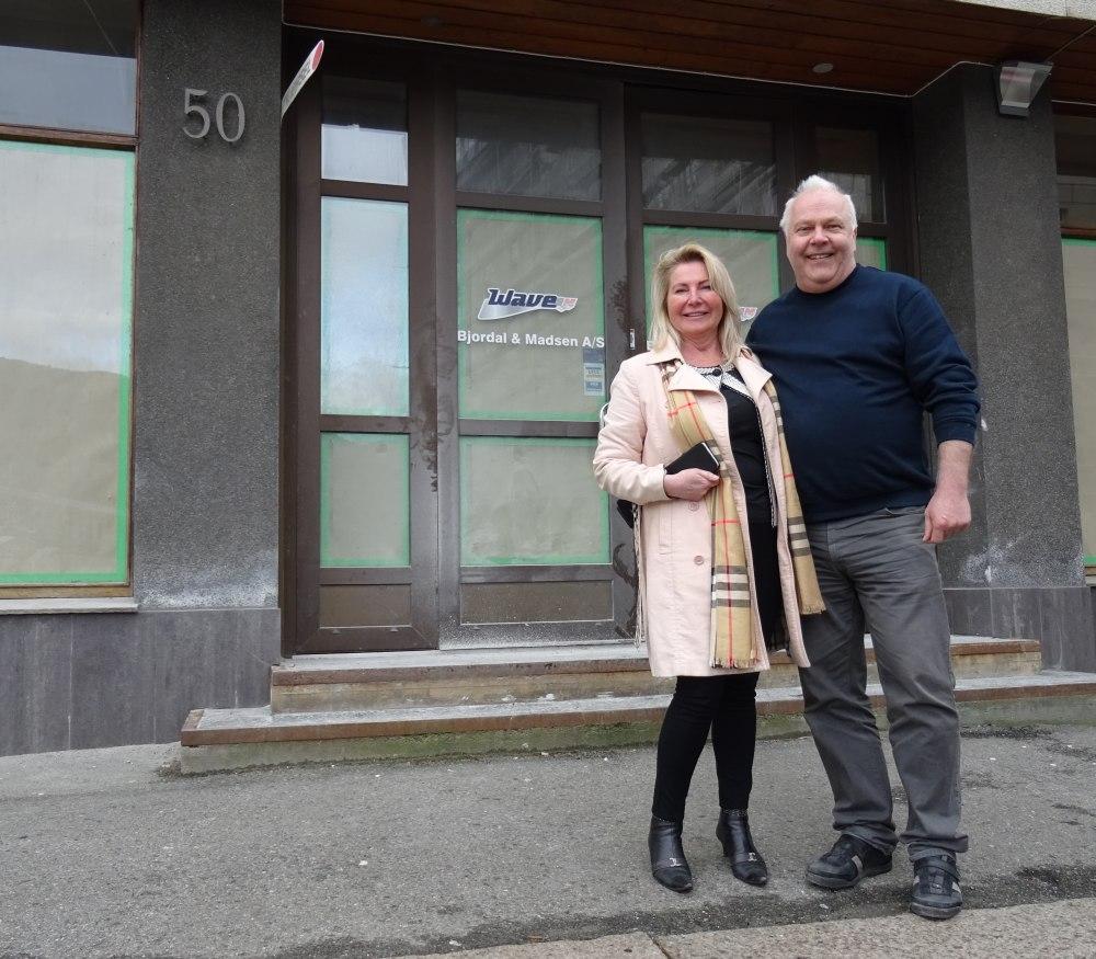 Kirsten Holmen og Hans Petter Solvei eier 50 prosent hver av Magic ice. Her er de utenfor den nye isbaren i C. Sundts gate. Foto: Eva Johansen