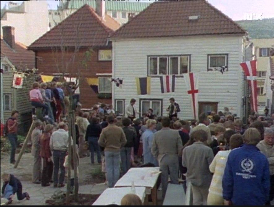 """Her arrangeres det gatefest i 1983. Faksimile av NRK-programmet """"Er sjølvgjort velgjort."""""""