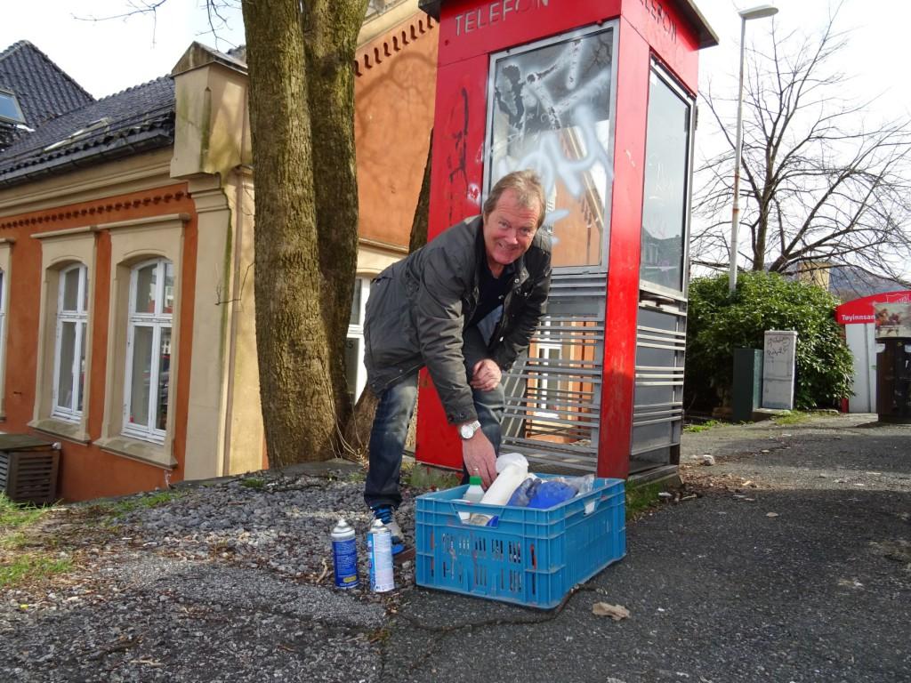 Rolf Hagen fra Telenor har vært ansvarlig for de verneverdige kioskene lenge. Nå pyntes de til å bli museumsgjenstander i bybildet. Foto: Eva Johansen