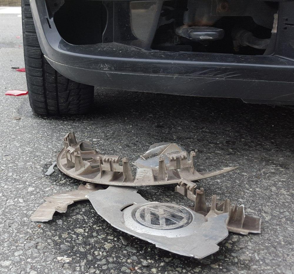 Her ser vi hvordan delene er revet av bilen. Foto: Eva Johansen