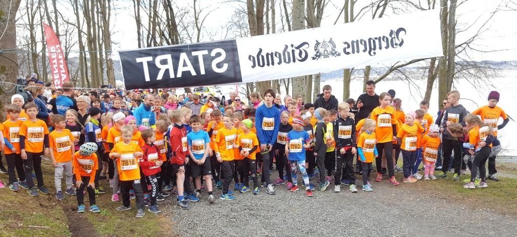 Her er det spreke ungene klar til maksimal innsats i Bergen City Marathon fra Nordnesparken. Foto: Eva Johansen