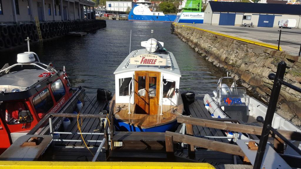 Båten er fra 1942, og er en opprinnelig Beffen-båt. Nå er det 17. året den går mellom Fisketorget pg Tollboden. Foto: Eva Johansen