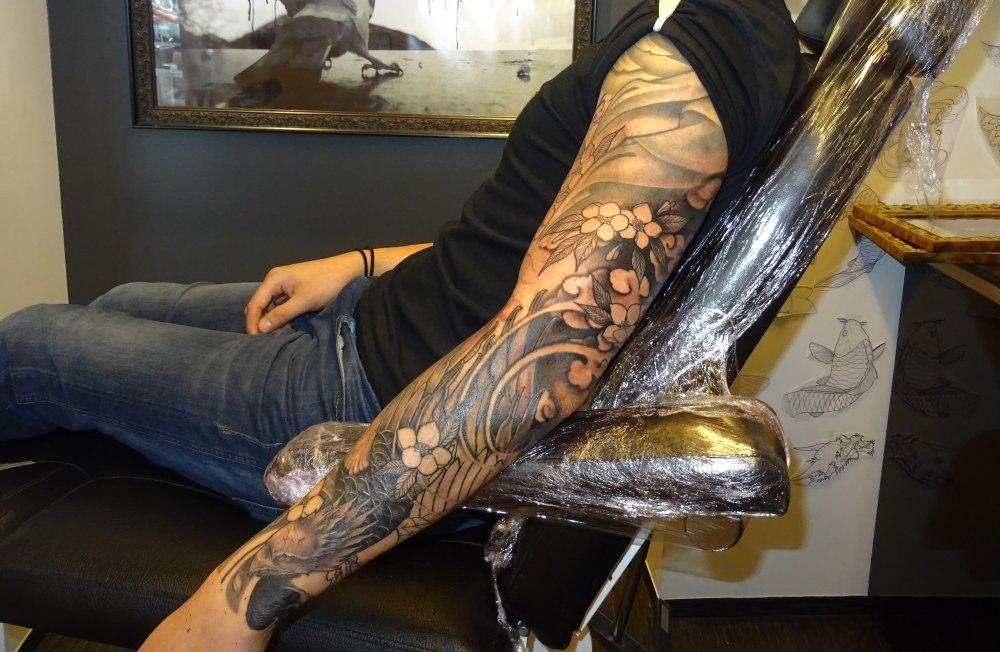Her er armen til Anthony, men enda har han en stund igjen i stolen før tatoveringen er ferdig. Foto: Eva Johansen