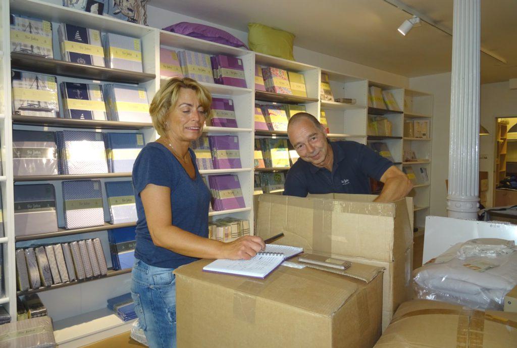 Eva Grimstad og Reidar Hove er travelt opptatt dagen før åpningen. Foto Eva Johansen