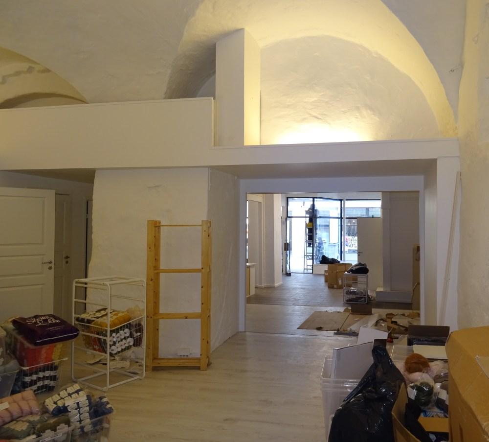 De siste forberedelsene gjøres. Her ser vi det nye lokalet innenfra. Foto: Eva Johansen