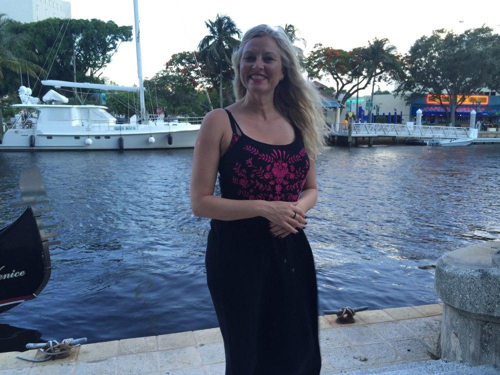 """Eli Kari kan slappe av i ferien, men til høsten blir det fullt kjør med """"Skal vi danse"""". Her er hun ved kanalen i sentrum av Fort Lauderdale i Florida. Foto: Privat"""