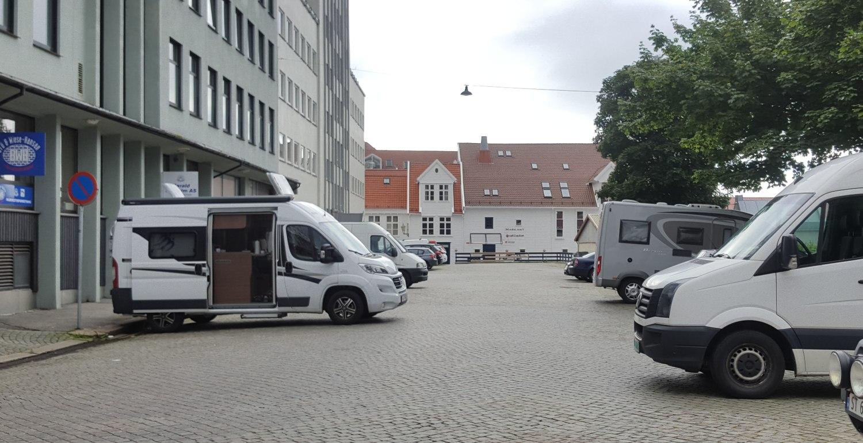 Slik så det ut på soneparkeingen til høyre og på parkering forbudtområdet til venstre på onsdag. Foto: Eva Johansen