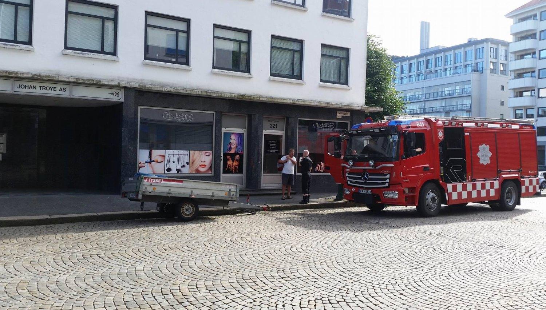 Brannvesenet rykket ut med fem brannbilder til Strandgaten 221 ved Tollboden. Foto: Line Mikkelsen