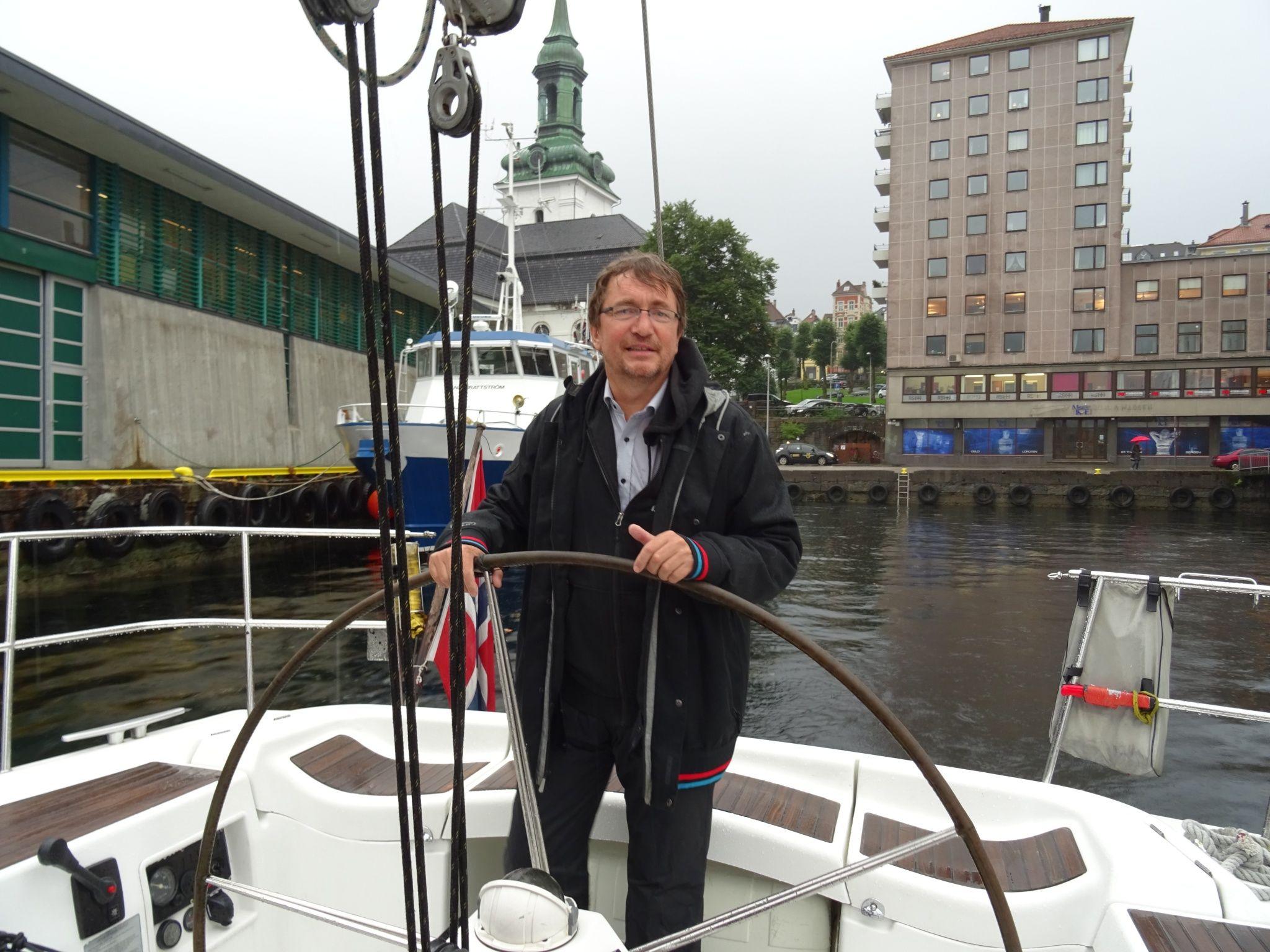Arve Asheim, skipper på First Player tok Nordnesrepublikken med for å møte Statsraaden. Foto: Eva Johansen