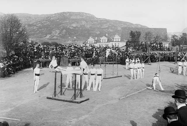 Her er fra et turnstevne. Fotografi skapt av Lauritz Bekker Larsen Laget mellom 1900-01-01 og 1915-12-31