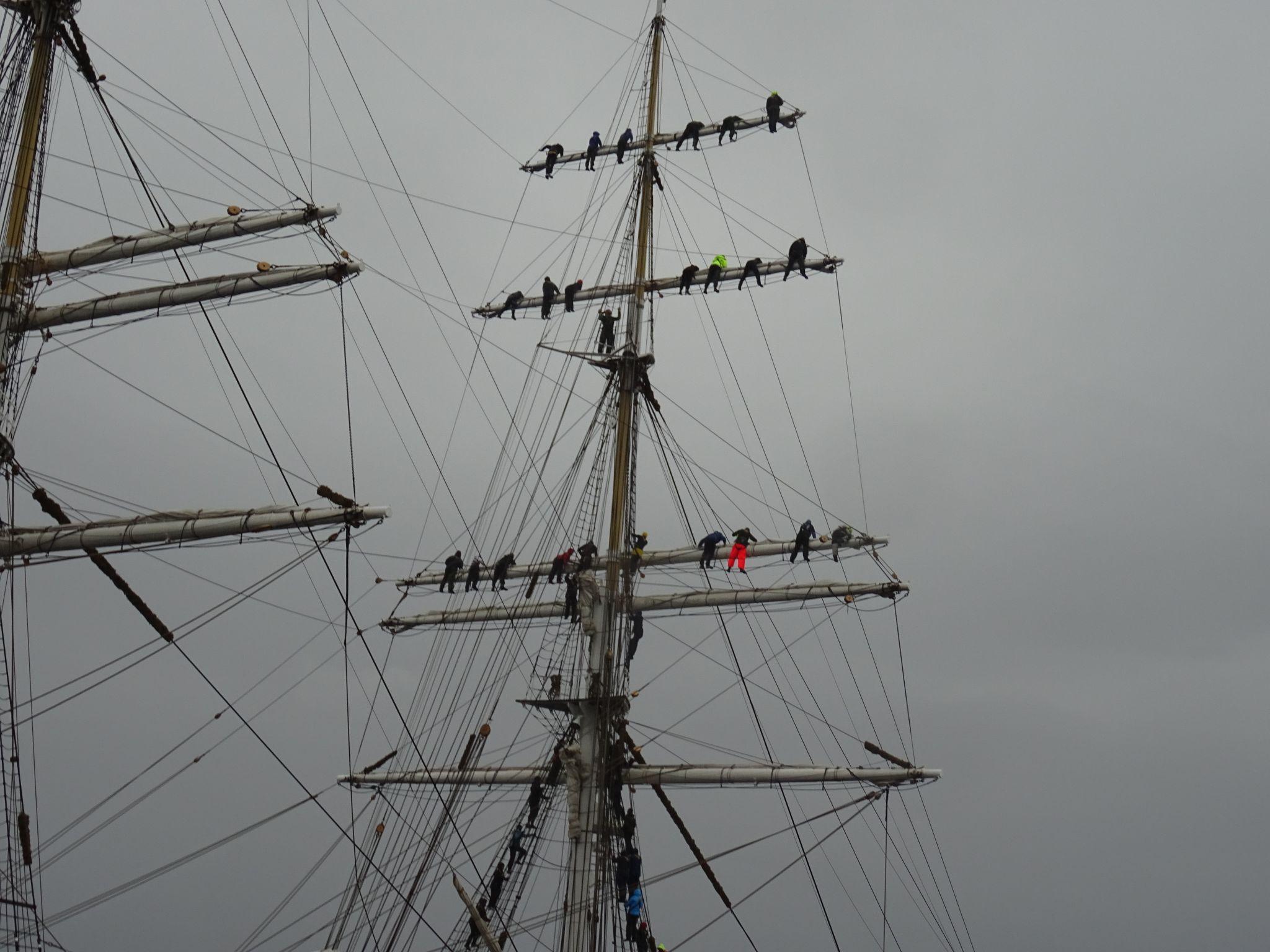Her er seilerne på vei popp i masten. Foto: Eva Johansen