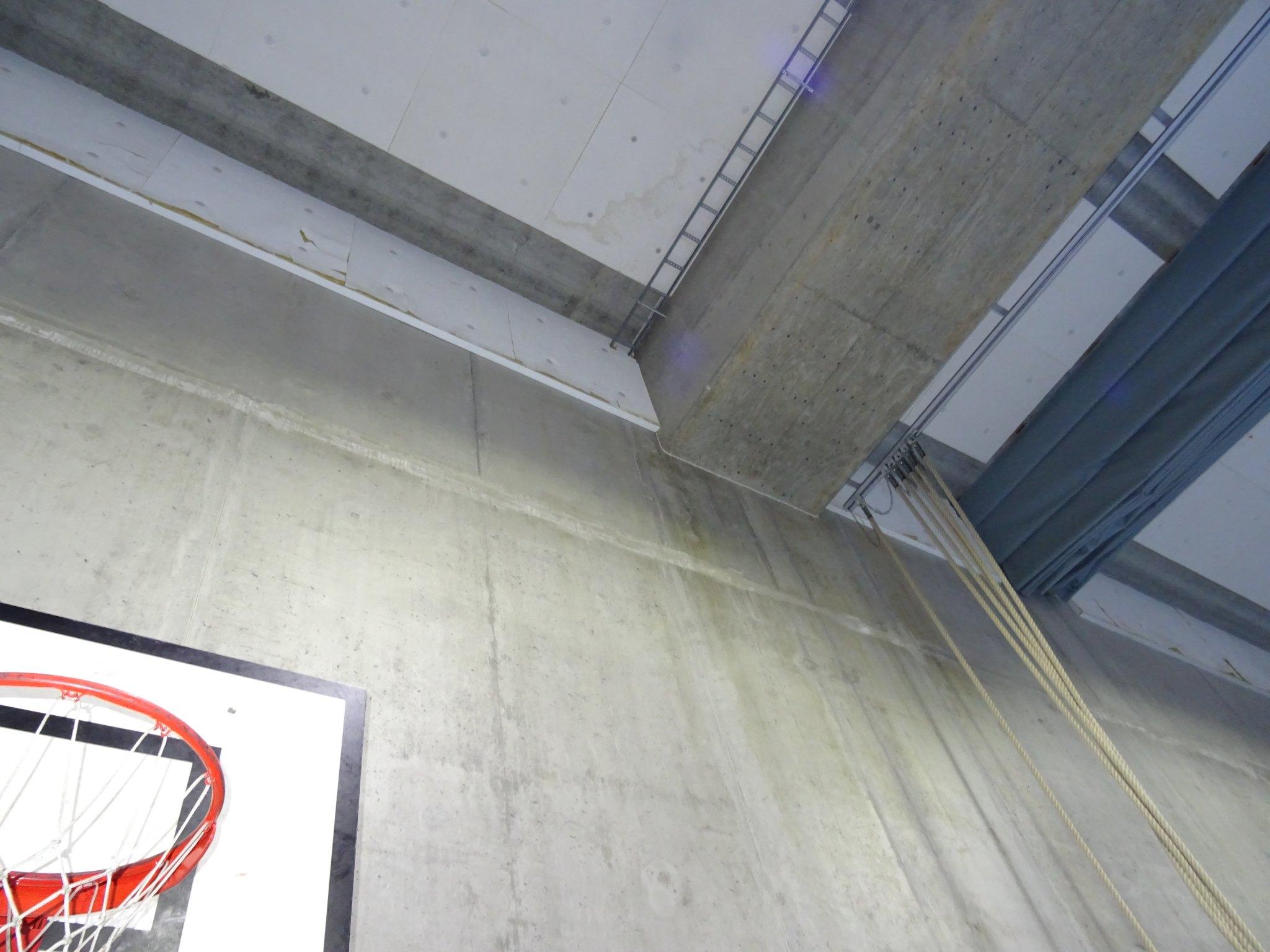 Striper hvor vannet har rent langs veggene er synlige i hallen. Foto: Eva Johansen
