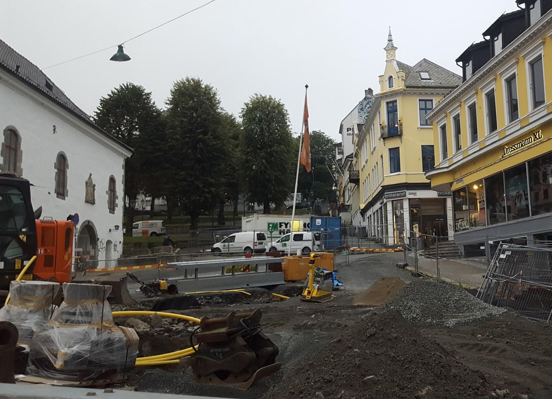 Arbeidet ved Muren er i gang igjen og nå skal det gjøres ferdig. Foto: Eva Johansen