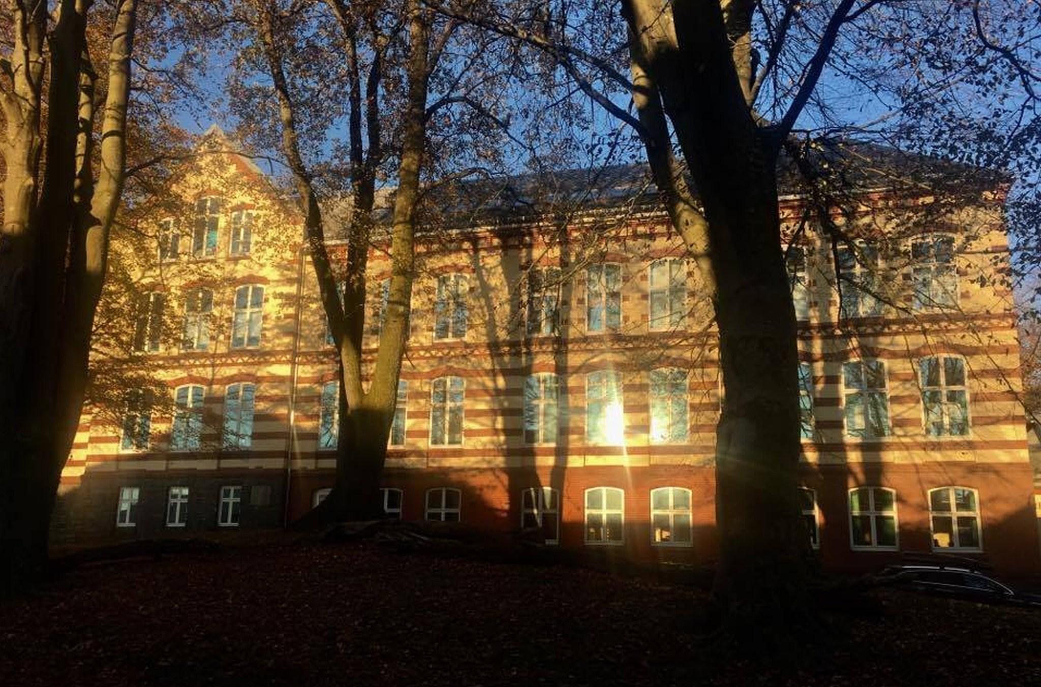 Idyll: Nordnes skole ligger flott til med Nordnesparken rett rundt hjørnet.
