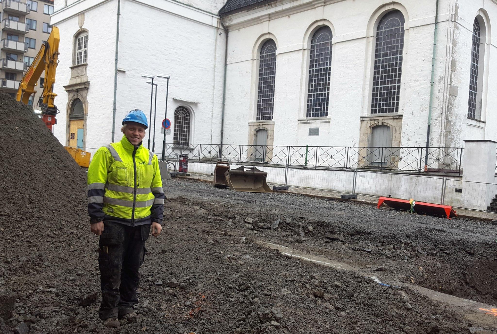 Arkeolog Per Christian Underhaug følger nøye med under gravingen i Strandgaten. Foto: Eva Johansen