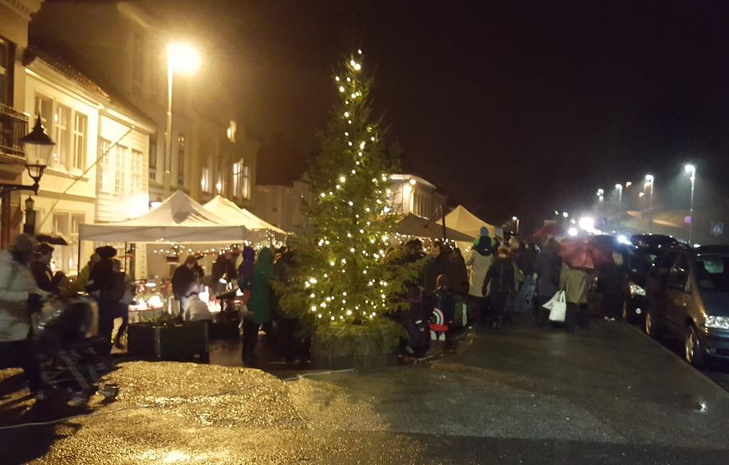 Og så var juletreet tent på Klosterplassen. Foto: Eva Johansen